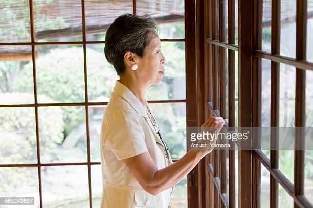 senior woman in traditional house - extremo oriente - fotografias e filmes do acervo