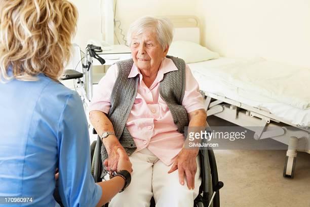 senior Frau im Rollstuhl hospital care