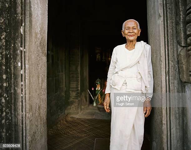 senior woman in white clothes at temple - hugh sitton 個照片及圖片檔