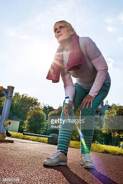 Mujer mayor heridos misma durante una formación deportiva y al aire libre.