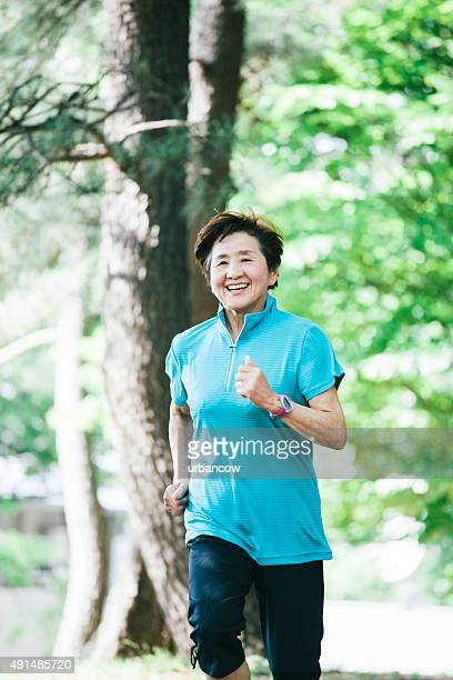 高齢者の女性のジョギング、代々木公園、東京,日本