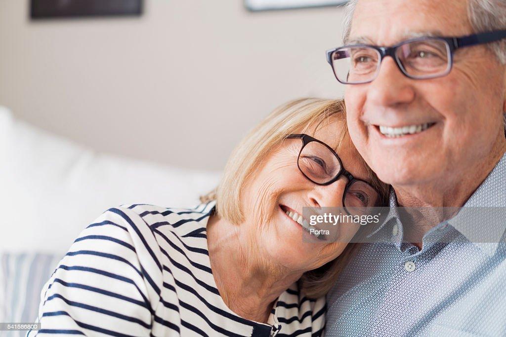 Senior woman leaning head on senior man's shoulder : Stockfoto