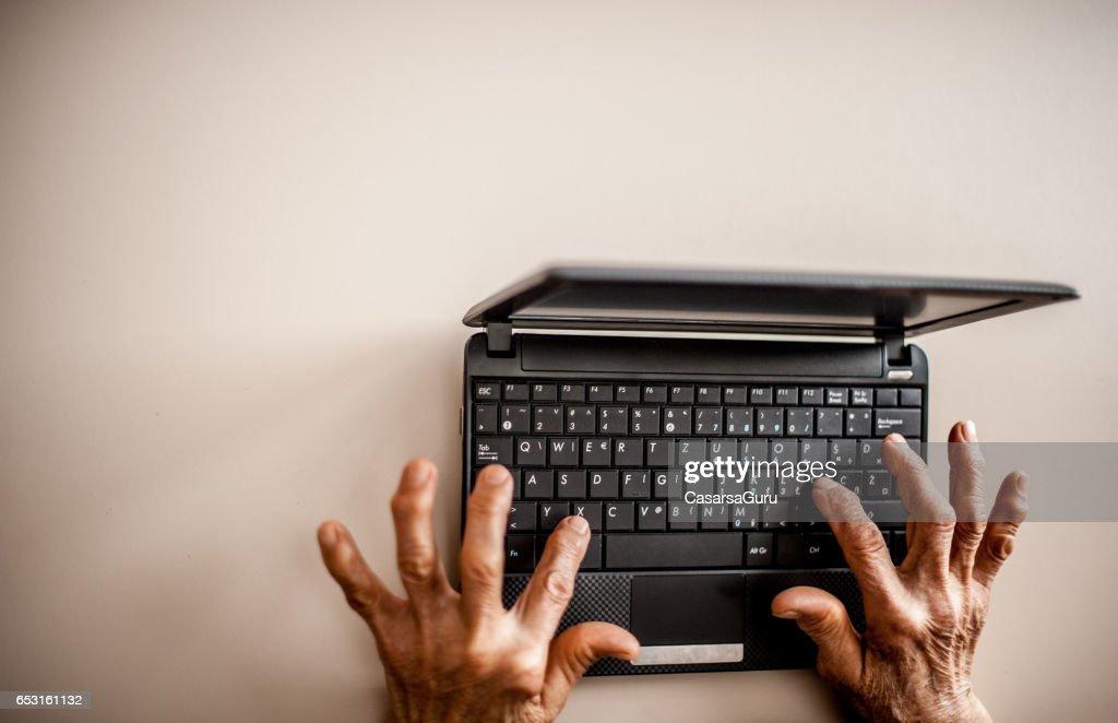 Ältere Frau lernen verwenden Computer : Stock-Foto