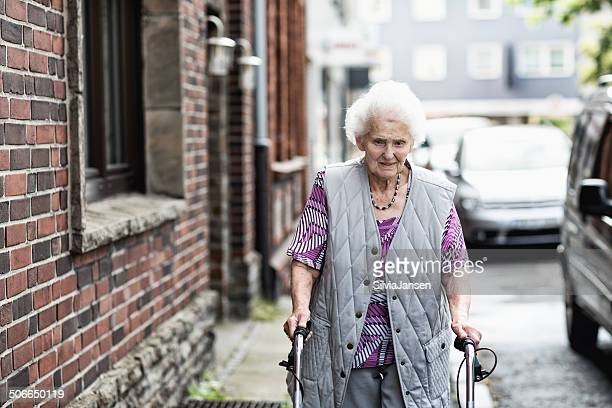 senior frau einsam - armut stock-fotos und bilder