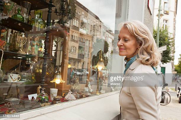 Senior Frau auf der Suche auf shopping-Fenster