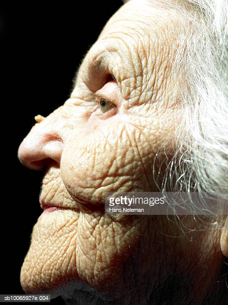 senior woman looking away, close-up, side view - warzen stock-fotos und bilder