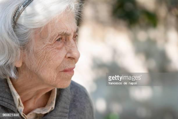 Ältere Frau, die auf der Suche nach jemanden