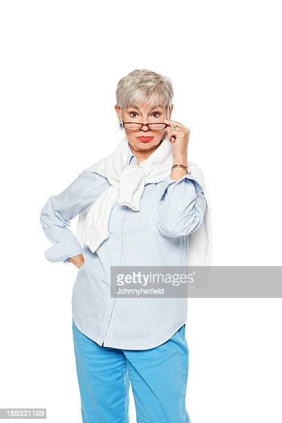 Mujer mayor disfrutando de gafas