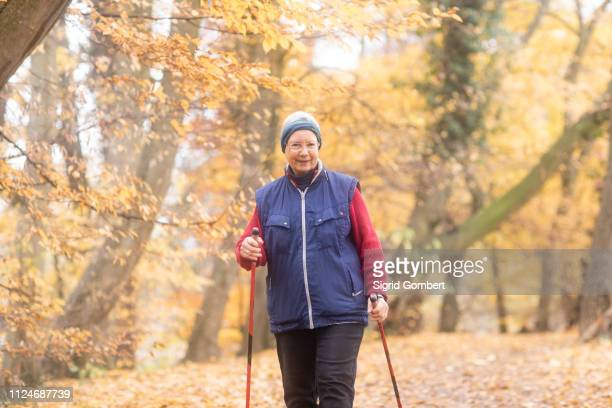 senior woman nordic walking in park - sigrid gombert - fotografias e filmes do acervo