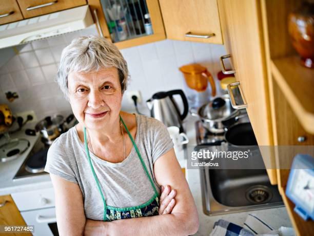 Haute femme de 74 ans dans sa cuisine