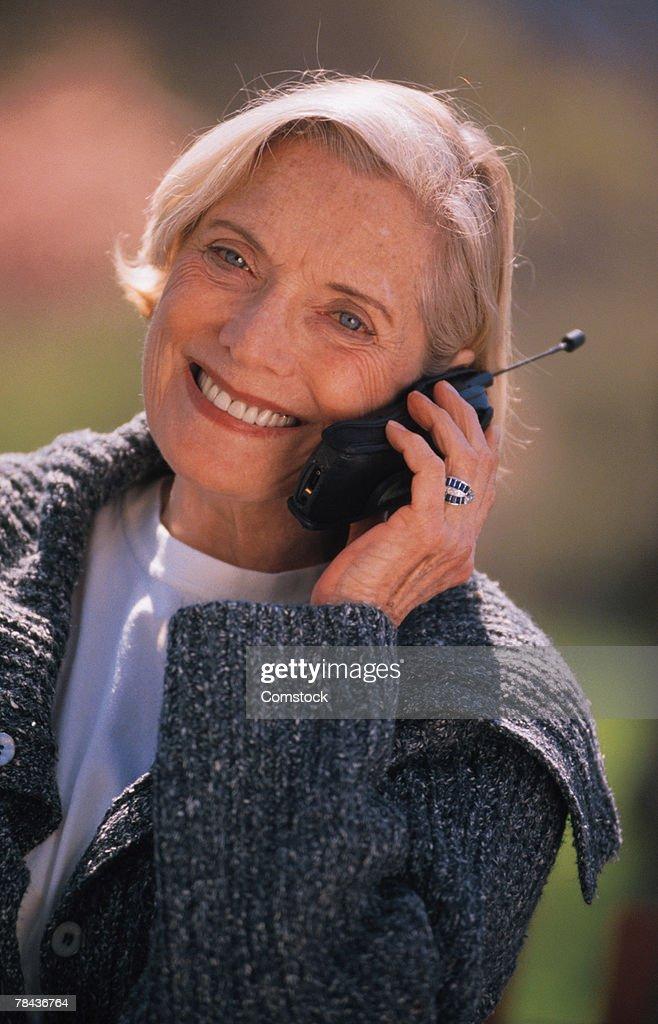 Senior woman on cell phone : Stockfoto