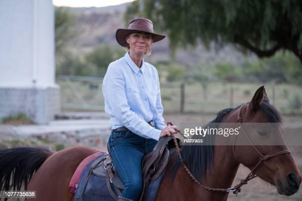 senior mujer a caballo - 1 woman 1 horse fotografías e imágenes de stock