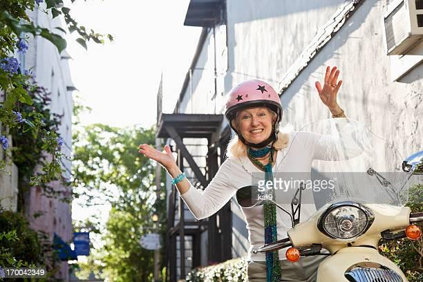 Senior femme sur scooter