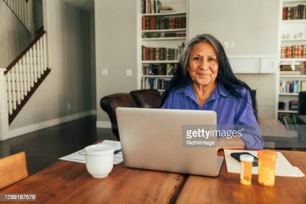 遠隔医療訪問のシニアウーマン - ネイティブアメリカン ストックフォトと画像