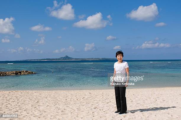 senior woman on the beach,smiling - kazuko kimizuka stock-fotos und bilder