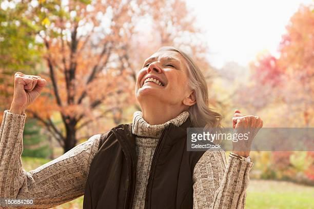 senior femme en plein air avec les poings relief - 65 69 ans photos et images de collection