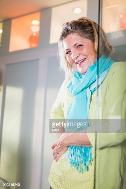 senior mujer, dolor en la cadera - cadera mujer fotografías e imágenes de stock