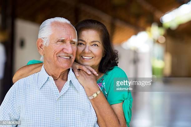 Senior mujer colocar manos en el hombro de hombre Senior