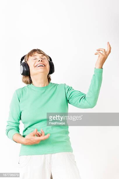 Senior Mujer tocando la guitarra de aire
