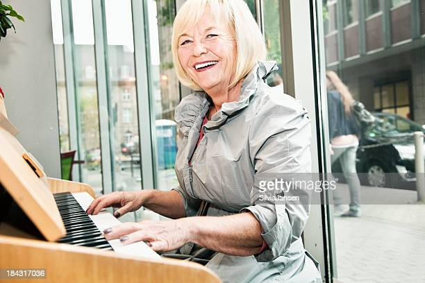 senior Frau spielt Klavier