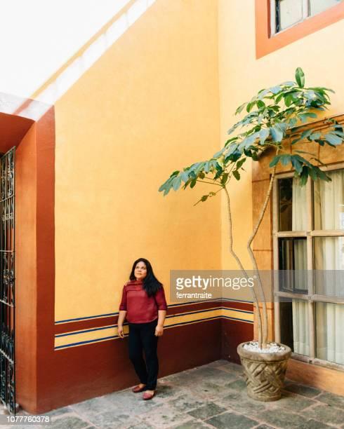 senior vrouw portret in koloniale stijl patio - nosotroscollection stockfoto's en -beelden