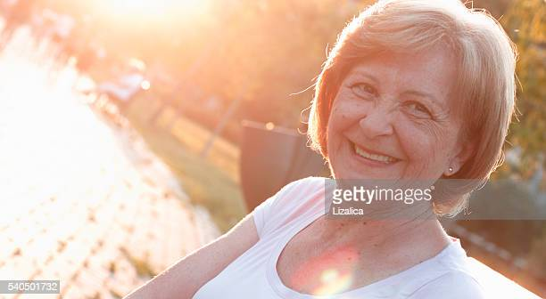 senior frau porträt - mittellanges haar stock-fotos und bilder