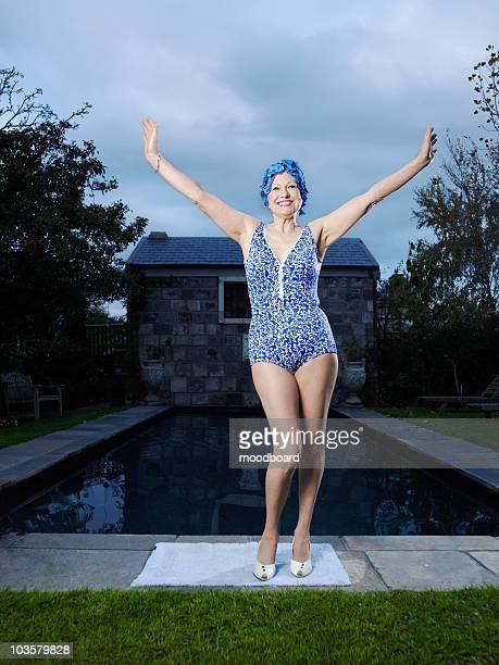 Senior Frau posieren am pool (Abbildung