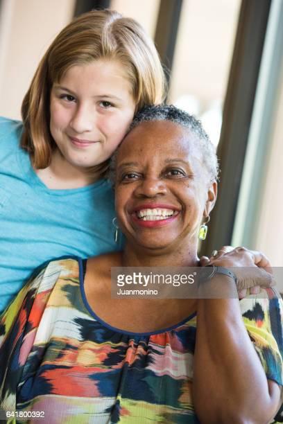 Haute femme posant avec sa petite-fille ou étudiant