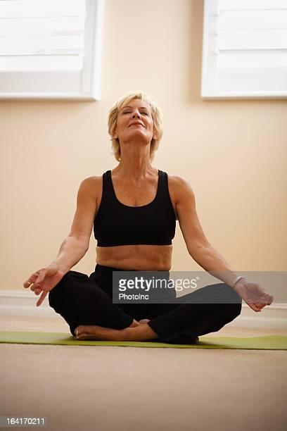 Senior Frau üben yoga