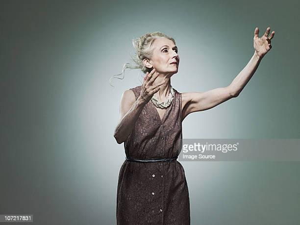 senior frau strecken, porträt - human body part stock-fotos und bilder