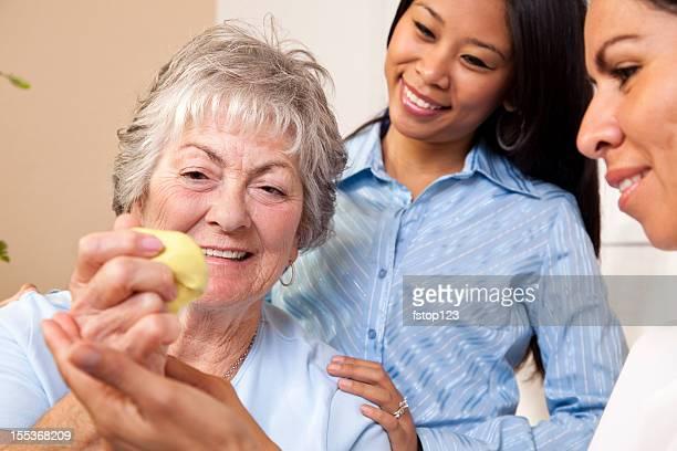 Femme âgée recevoir de la thérapie physique. Mastic. Thérapeute.