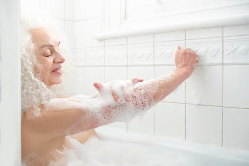 senior woman relaxing in bath - gettyimageskorea