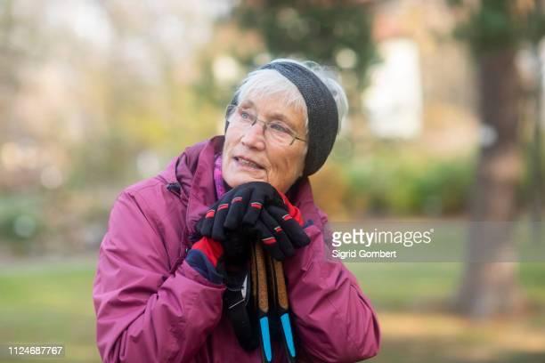senior woman resting from walk in park - sigrid gombert - fotografias e filmes do acervo