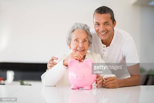 Idosa a poupar dinheiro