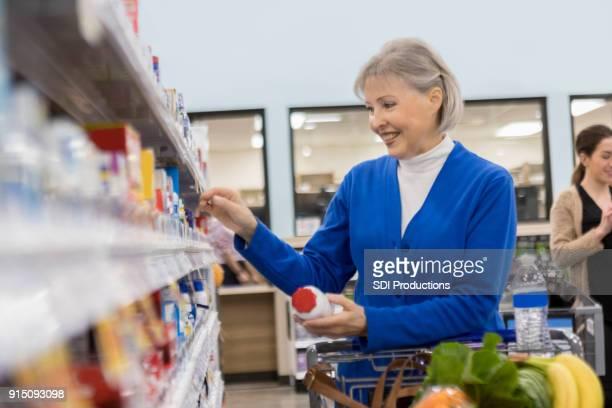 ショッピング食料品店薬局で年配の女性