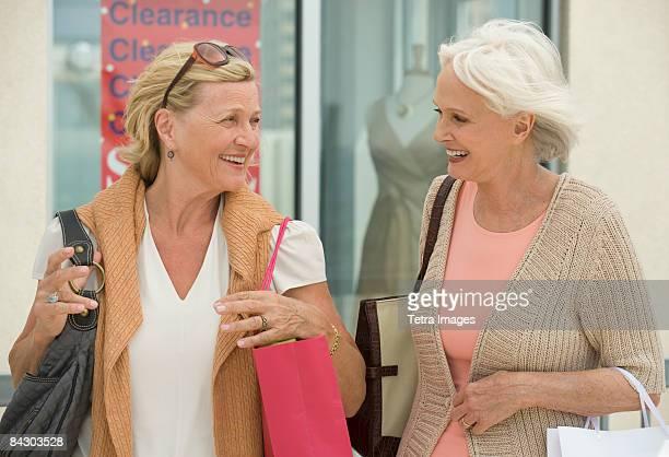 senior woman shopping - sac à main blanc photos et images de collection