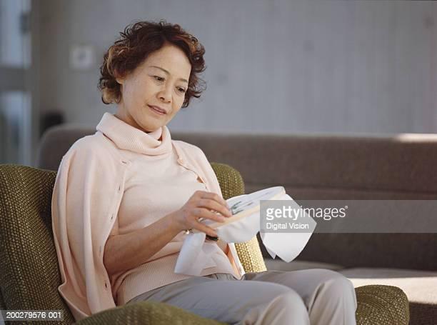 年配の女性のシッティングエリアのアームチェアの刺しゅう - 60代 ストックフォトと画像