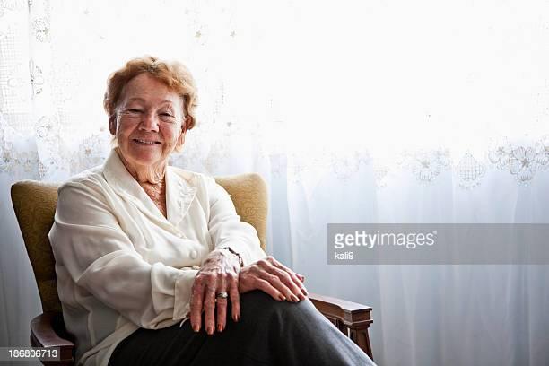 Senior Frau im Sessel zu Hause