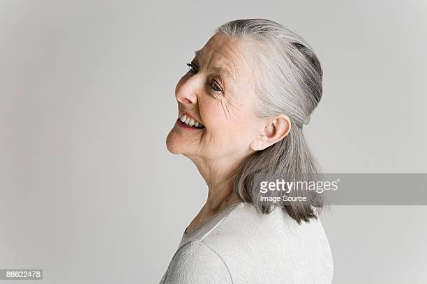 senior woman smiling - omkijken stockfoto's en -beelden