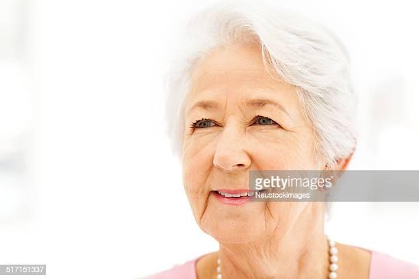 高齢者の女性に笑顔をお探しですか