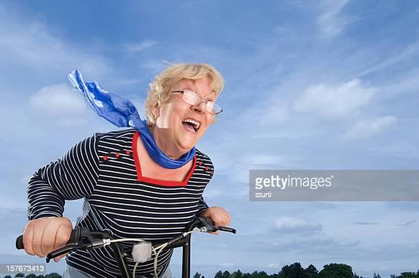 femme âgée accélérer sur un vélo - velo humour photos et images de collection