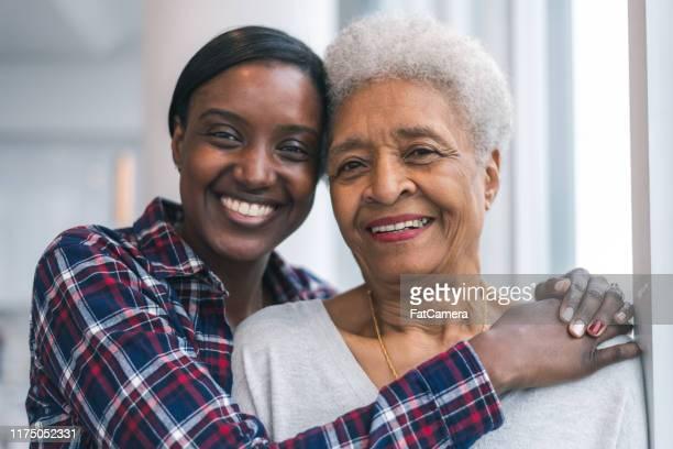 senior vrouw besteedt kostbare tijd met volwassen dochter - volwassen nageslacht stockfoto's en -beelden