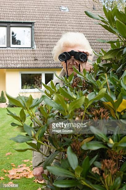 senior frau spionage - neugierde stock-fotos und bilder