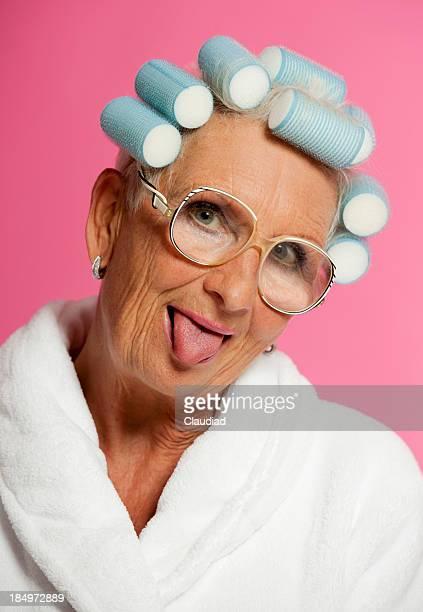 Femme âgée Tirer la langue