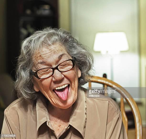 senior femme en restant sur la languette - mamie humour photos et images de collection