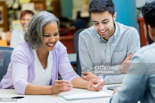 Estudios de la mujer Senior con compañeros de la Universidad
