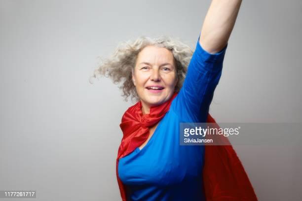 シニア女性スーパーヒーロー - ケープ ストックフォトと画像