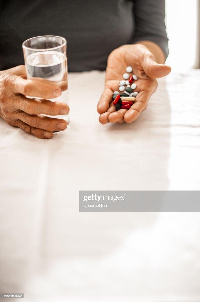 Hauts femme prise quotidienne médecine : Photo
