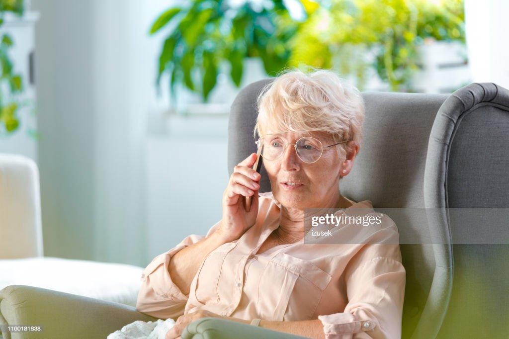 Donna anziana che parla al cellulare : Foto stock