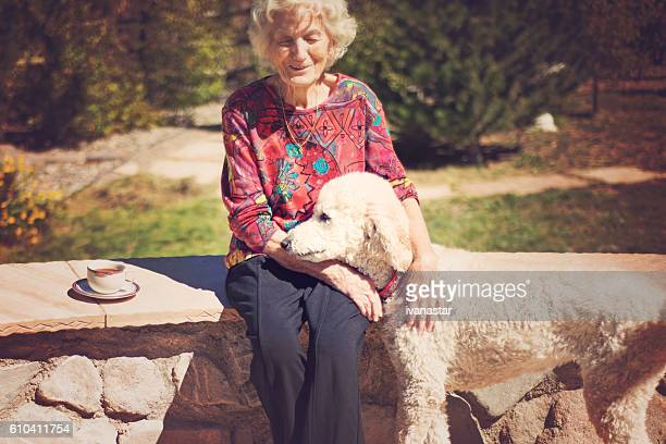 Femme âgée parlant à un chien guide